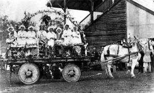 Parade_float_in_Gatton,_possibly_to_celebrate_peace_after_World_War_I
